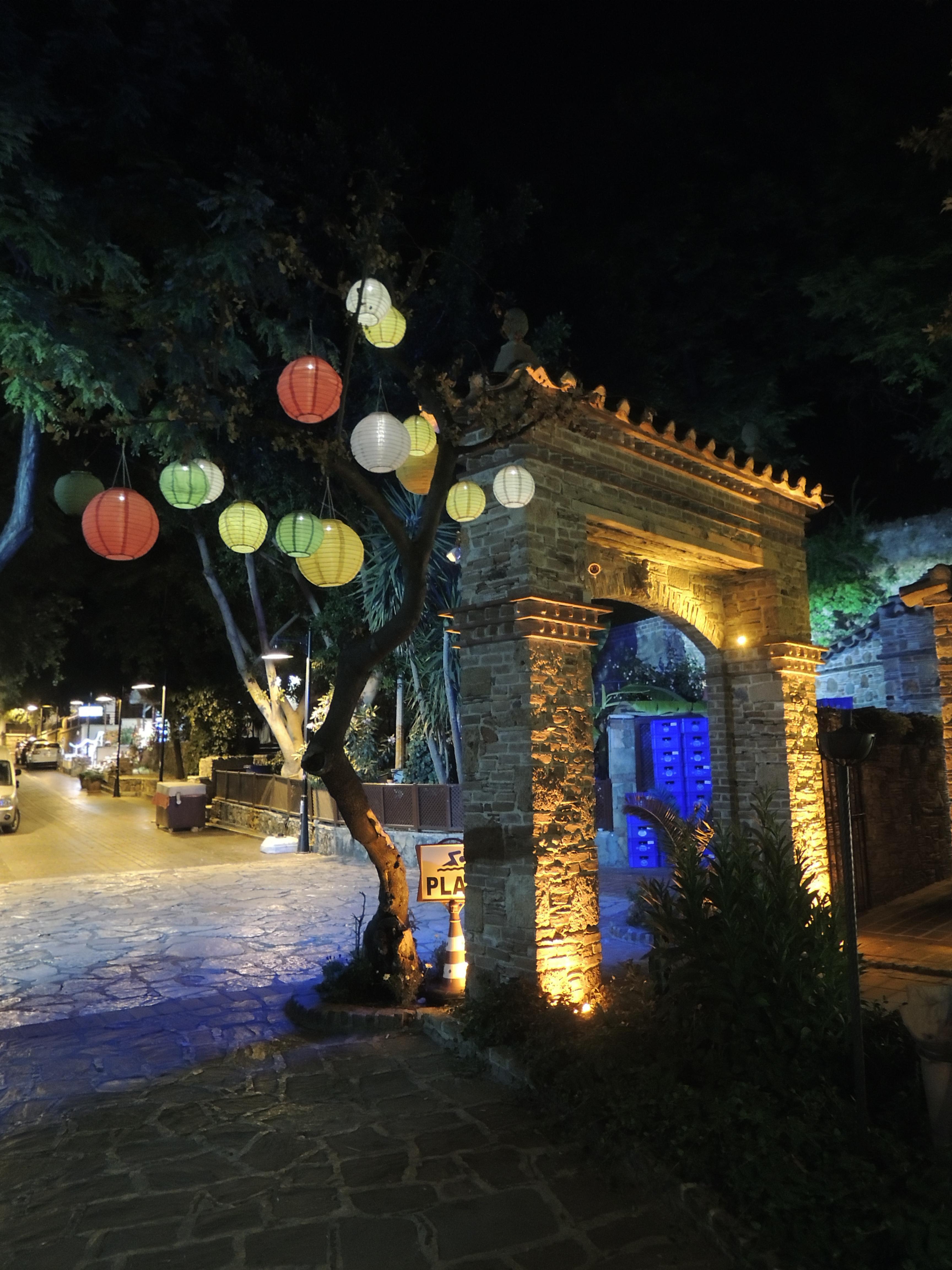 3 Antālijas restorāni un vecpilsēta naktī (foto)