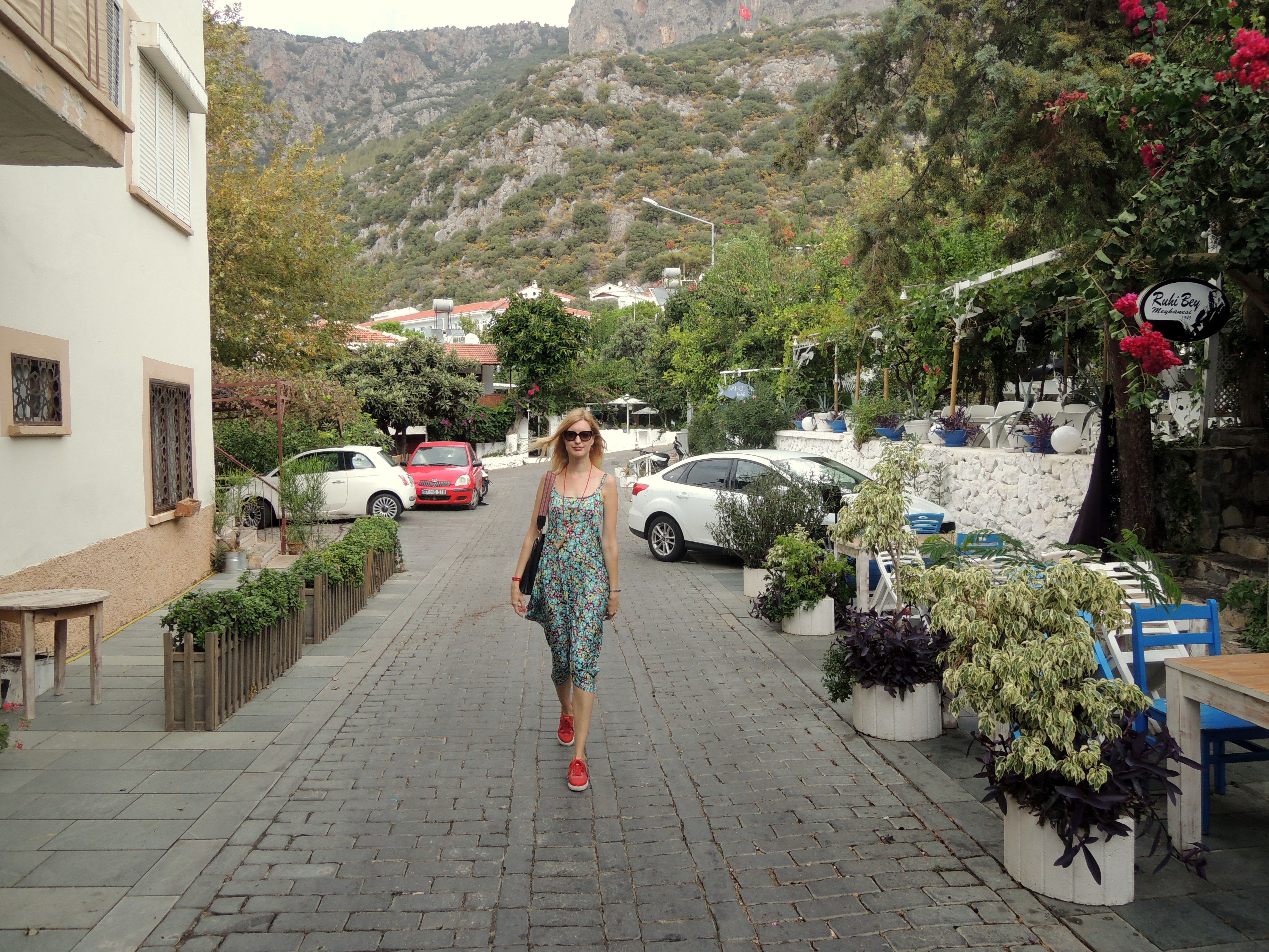 atvadas no vasaras ar jaunu kleitu Kaş pilsētā (fotostāsts)